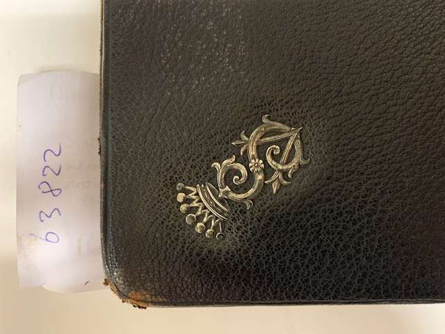 SYTZEMA, VAN, Black leather folding wallet 30x15 cm late 19th early 20th century. Manufactured in Germany. Adorned with the initials in silver of the Dutch noble family Van Sytzema (VS) since 1814 belonging to the Dutch nobility. The initials VS are crowned by a crow